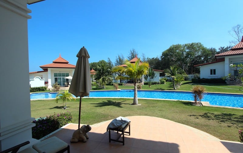 Terrace overlooking gardens and pool - Banyan golf residences